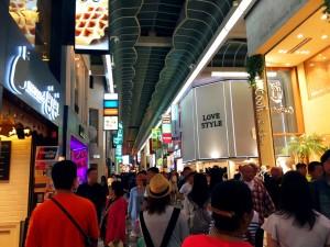 心斎橋筋商店街観光客の方々たくさん