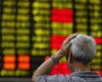 6月22日、中国株急落を受けて、日本の国内消費を支える「インバウンド消費」に減速警戒感が強まっている。上海の証券会社で16日撮影(2015年 ロイター/ALY SONG)